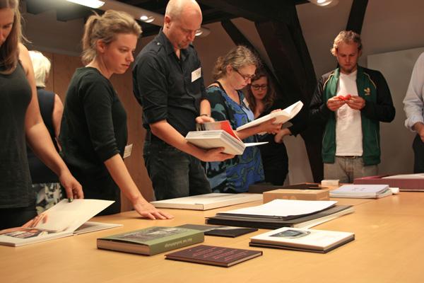 Gijs Wortel bracht een stapel bijzondere boeken mee om in te snuisteren.