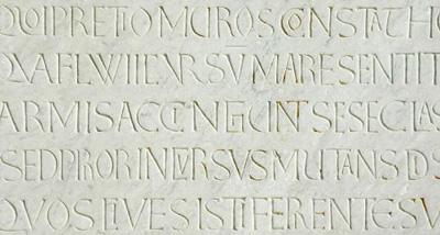 detail van een inscriptie aan de westgevel van de dom van Pisa uit het eerste kwart van de twaalfde eeuw