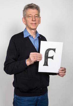 Gerard Unger met een tekening van een Alverata-letter