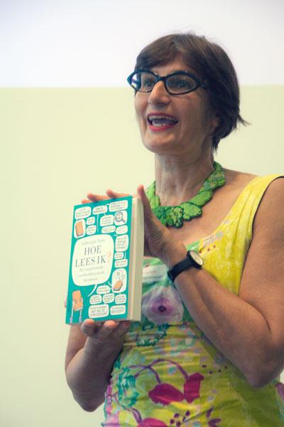 Lidewijde Paris met haar boek