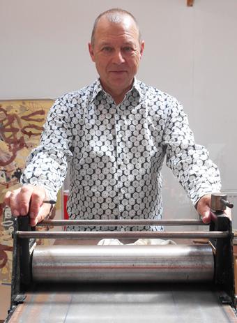 Tim Hinterding aan zijn plaatpers